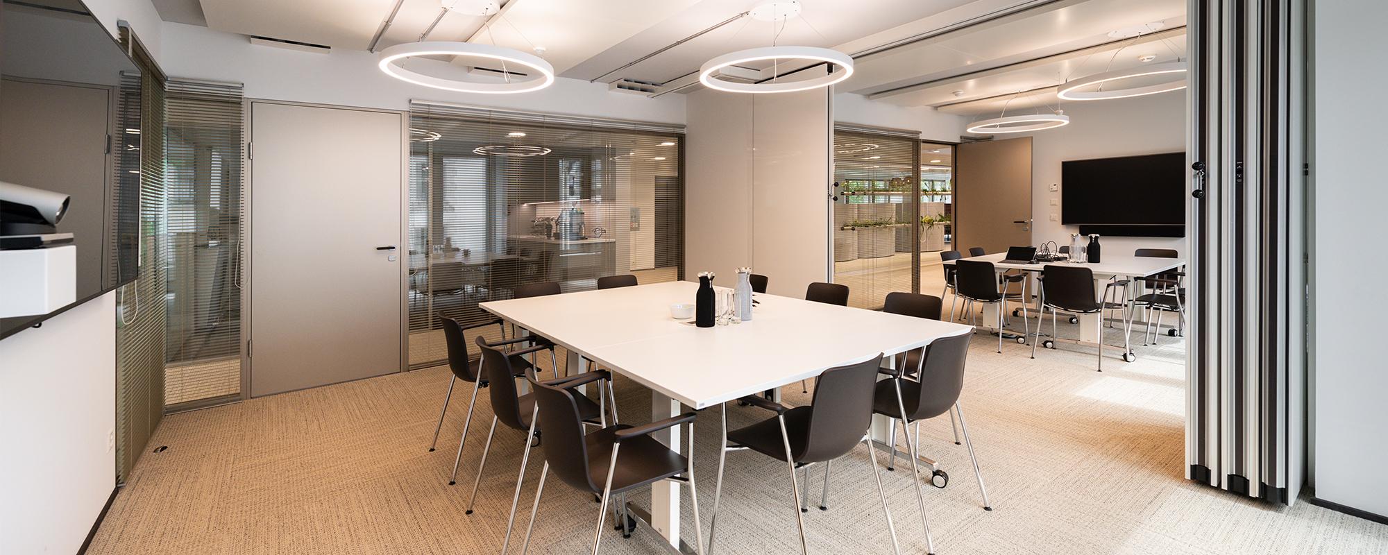 Allianz Risk grosses Sitzungszimmer mit verschieden grosse Ringo star Pendelleuchten von Lightnet