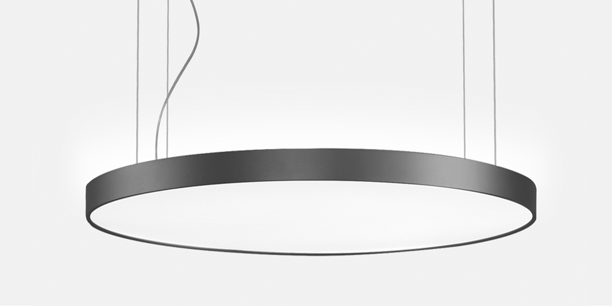 Runde Basic Pendelleuchte die an Seilabhängungen hängt.