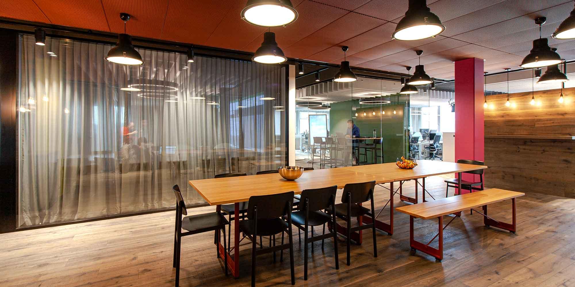 Die Sitzungsräume der Axept sind mit eleganten Pendelleuchten im industry-look und mit vintage filament Leuchtmittel