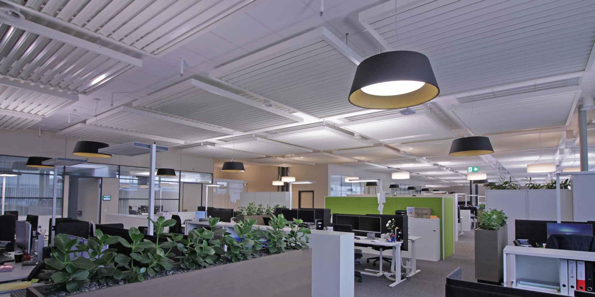 Das Grossraum Büro in Schönbühl mit den architektonischen schönen Leuchten Beam me up von Lightnet. passend dazu die auf wunsch gefertigte Textilpendelleuchten geben eine wohnliche Atmosphäre
