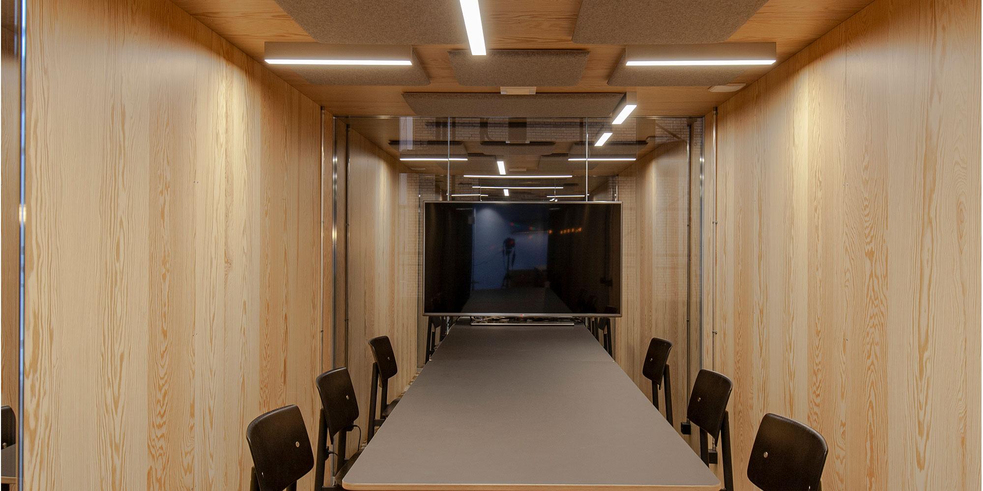 Der Sitzungsraum bei Axept Kemptal wurden mit Matric Anbauleuchten von Lightnet und Akktustikelementen bestattet. Es wurde ein Muster mit den Leuchten erstellt das zur trendigen Architektur der Ausstattung passt.
