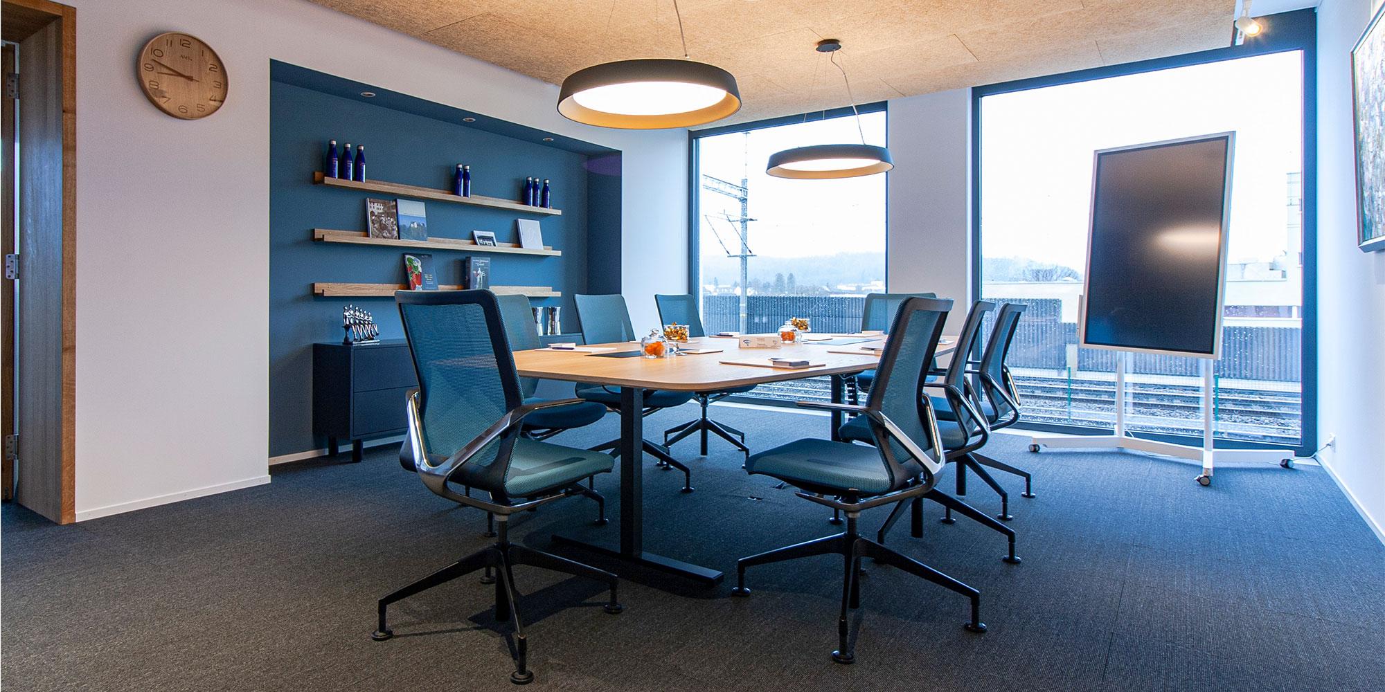 sitzungszimmer der Gastroaargau. der Tisch beleuchtet mit der architektonische runde Leuchte Beam me up von Lightnet.