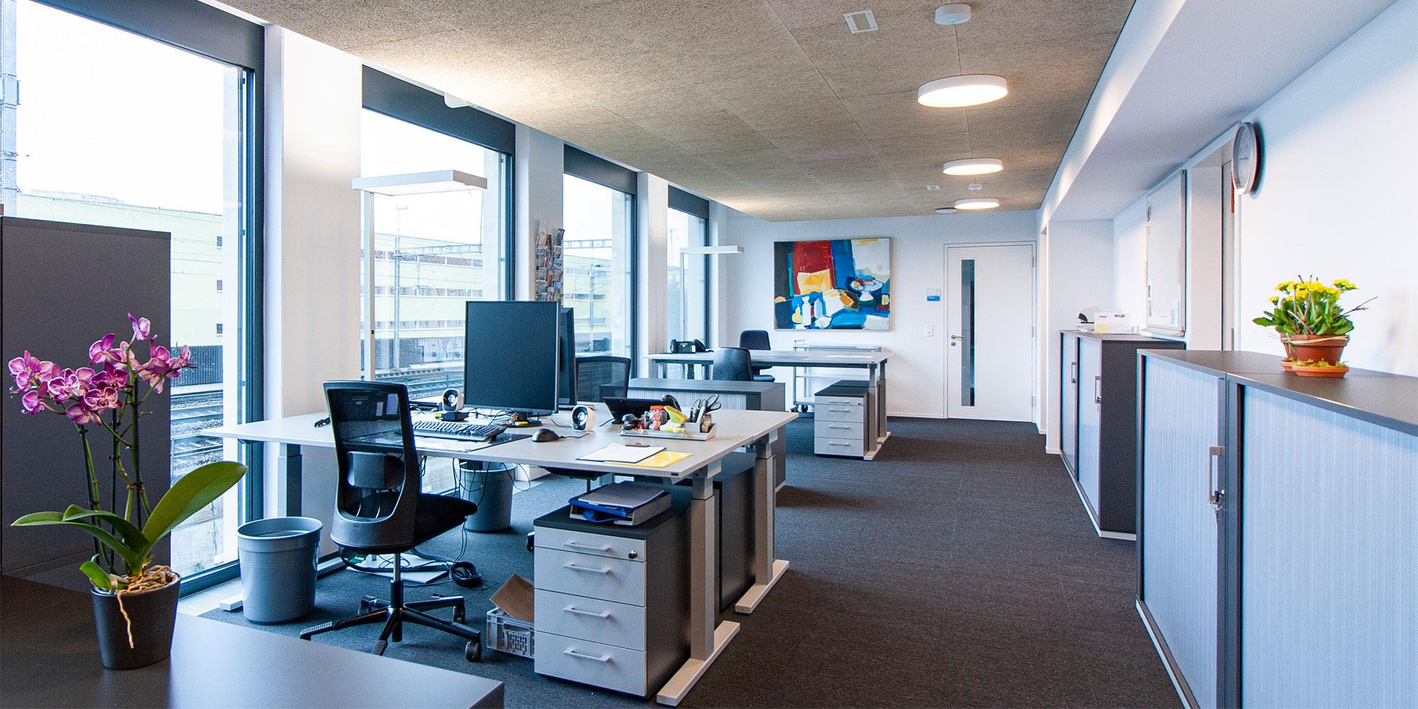 Büros werden mit der Cubic S2 Stehleuchten punktuell ausgeleuchtet. Die Grundbeleuchtung erfolgt mit der runden Basicleuchten. Beide leuchten sind von Lightnet.