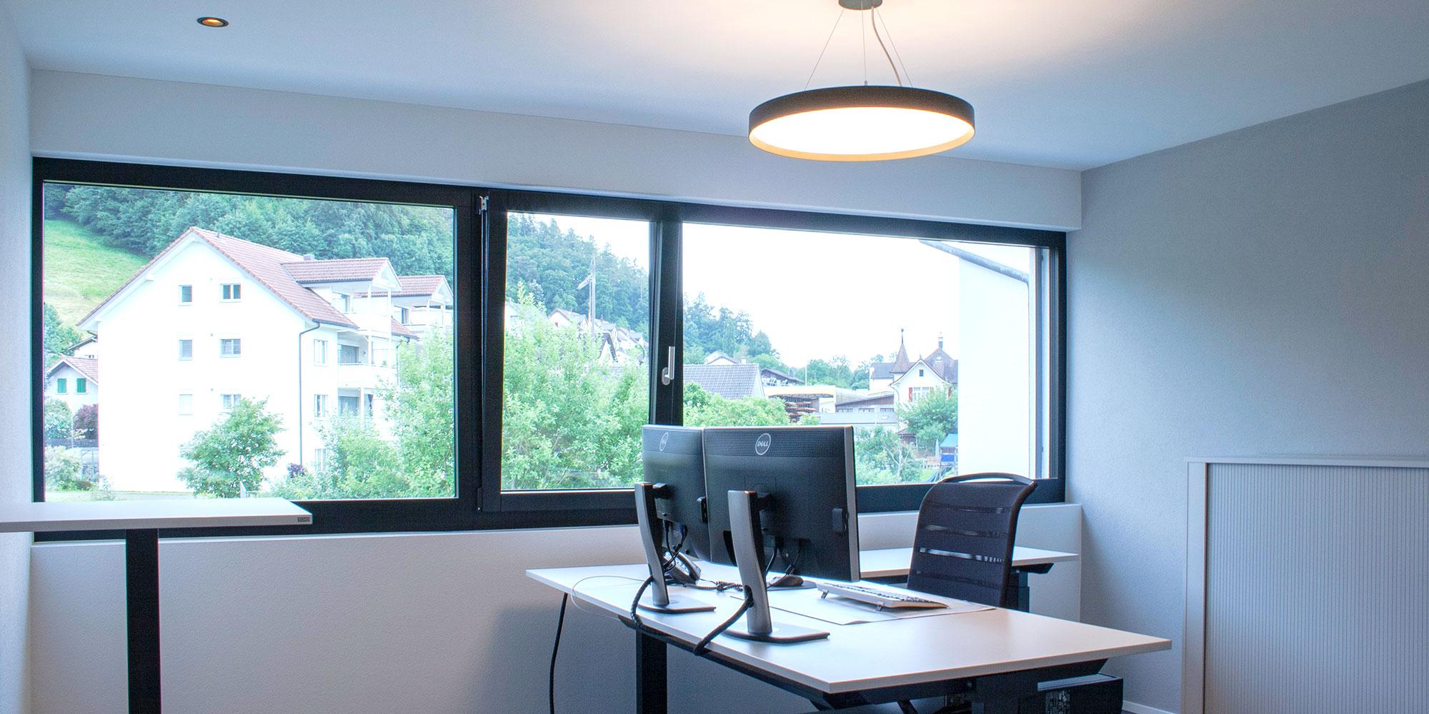 Das Büro der Wiederkehr elektro AG hat Einbauspots als Grundbeleuchtung. Diese wurde mit der Lightnet Basic Deco Runde Pendelleuchte ergänzt.
