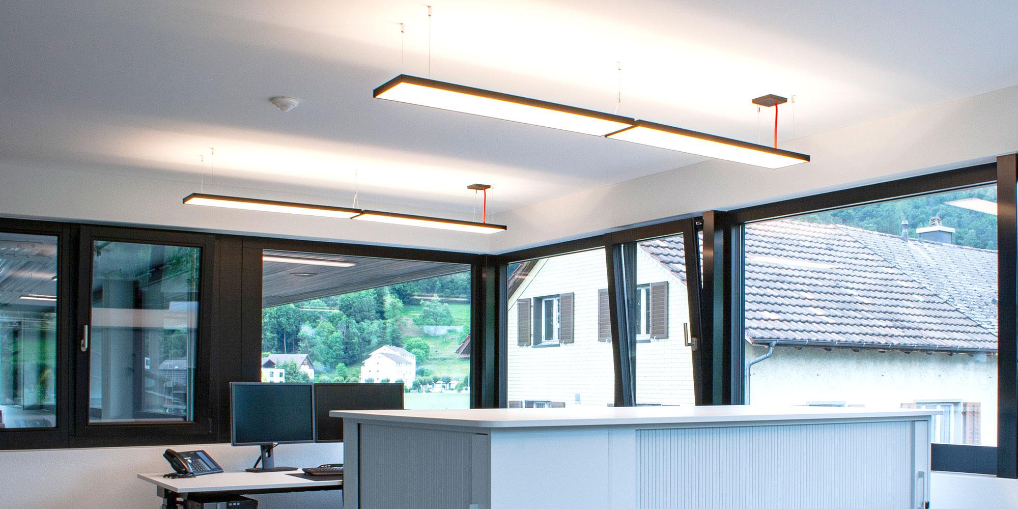 Weitere Büros der Wiederkehr elektro AG wurden mit Lightnet Cubic P4 Pendelleuchten ausgestattet. Die Farben des Corporate Identity wurden in der Gehäusefarbe und dem Kabel gewählt.