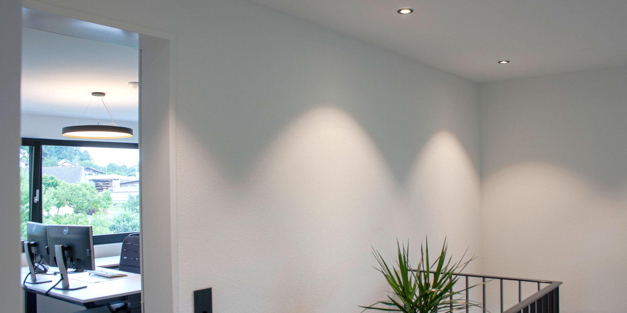 Der Flurbereich ist mit Einbauspots von Karizma Luce perfekt grundbeleuchtet.