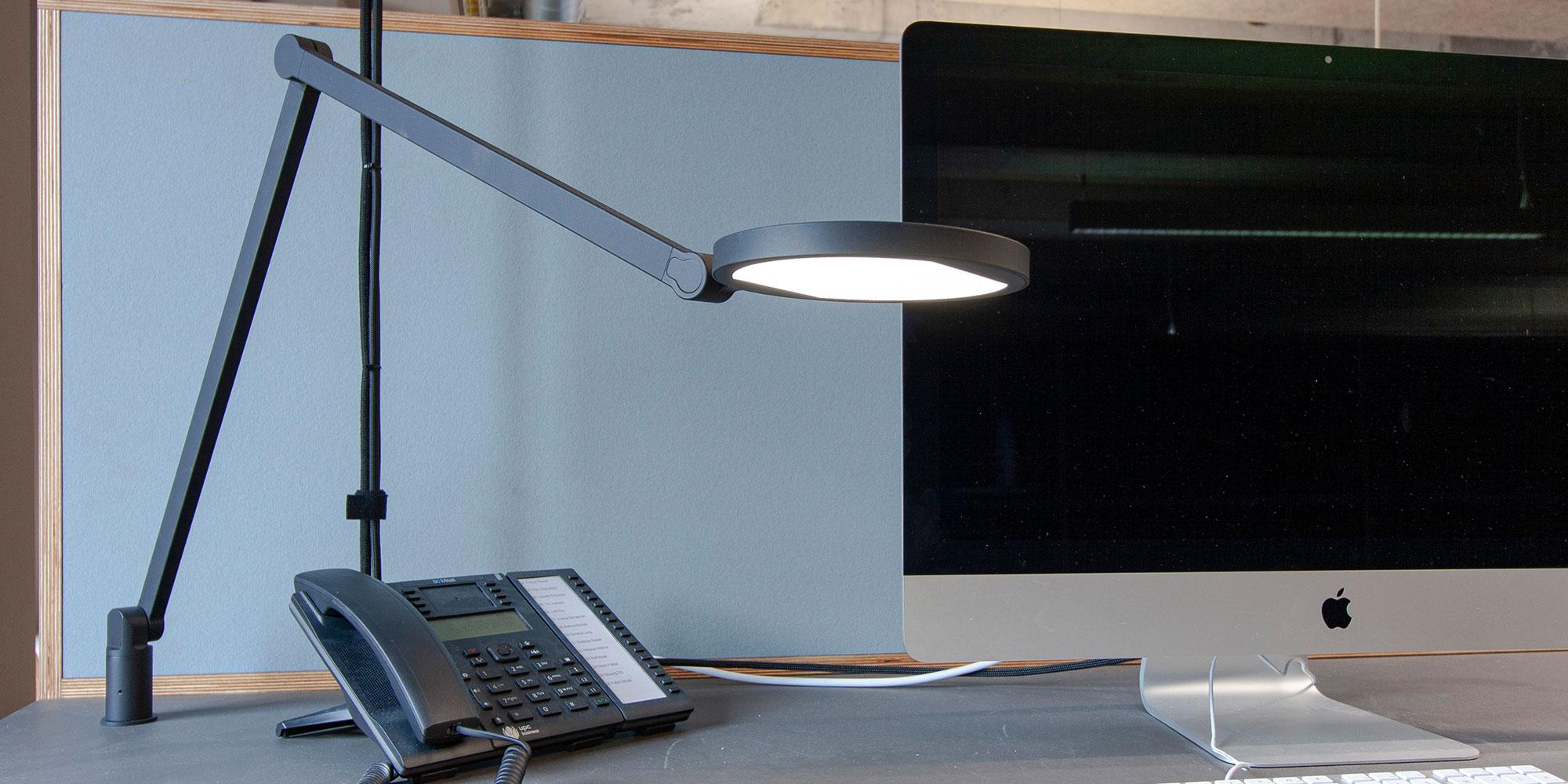 Arbeitsplatzbeleuchtung mit der Lucille Tischleuchte von Lightnet.