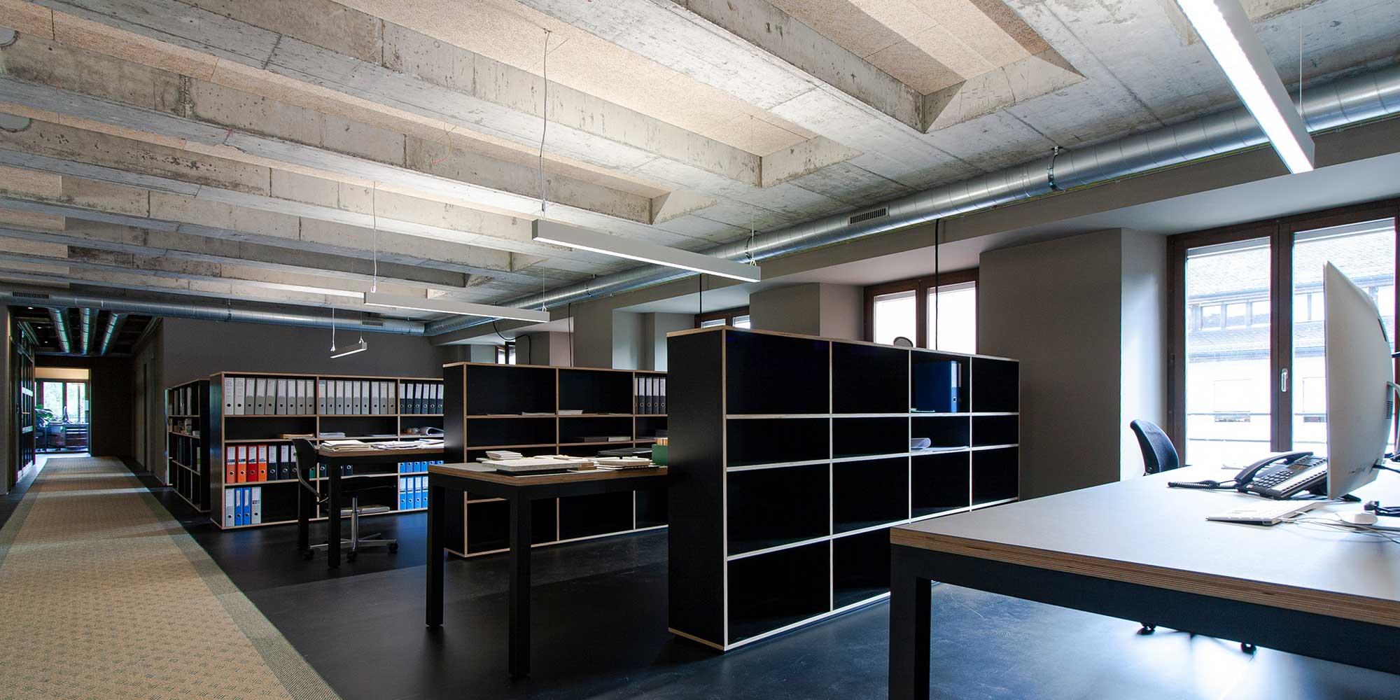 Grossraumbüro beleuchtet mit Matric R3 Pendelleuchte von Lightnet