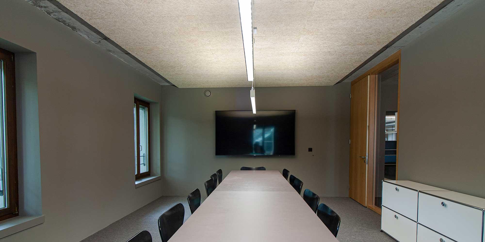 Matric Pendelleuchte von Lightnet beleuchtet den Sitzungstisch optimal aus