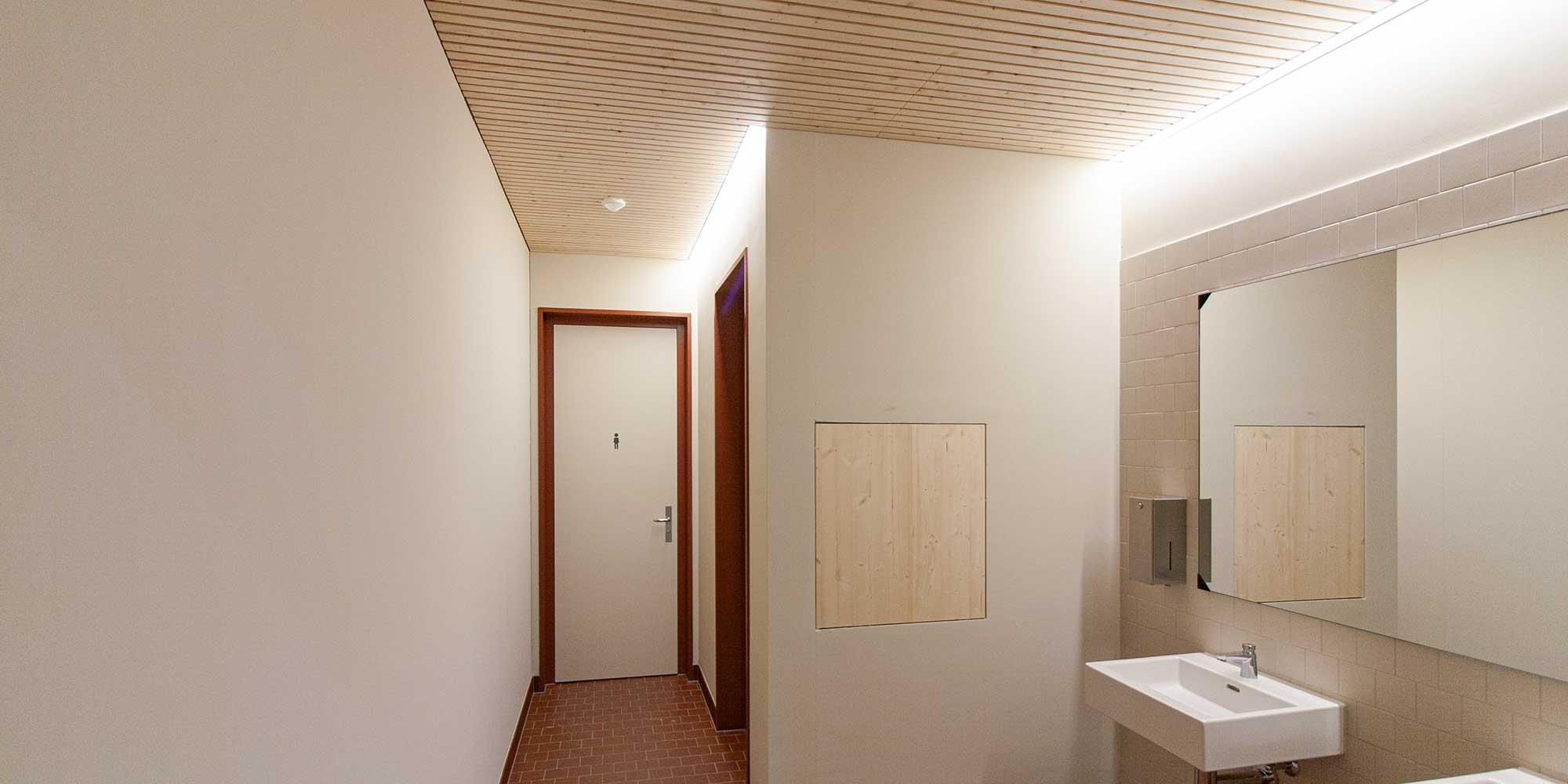 Turnhallenbeleuchtung, Lichtkanal, Hallenbeleuchtung, Balkenleuchten, Lichteinsätze, Lichtlinien, Garderobenbeleuchtung, Feuchtraumbeleuchtung, Feuchtraumleuchte, Matric Anbauleuchte von Lightnet passt perfekt in das architektonsiche Bild