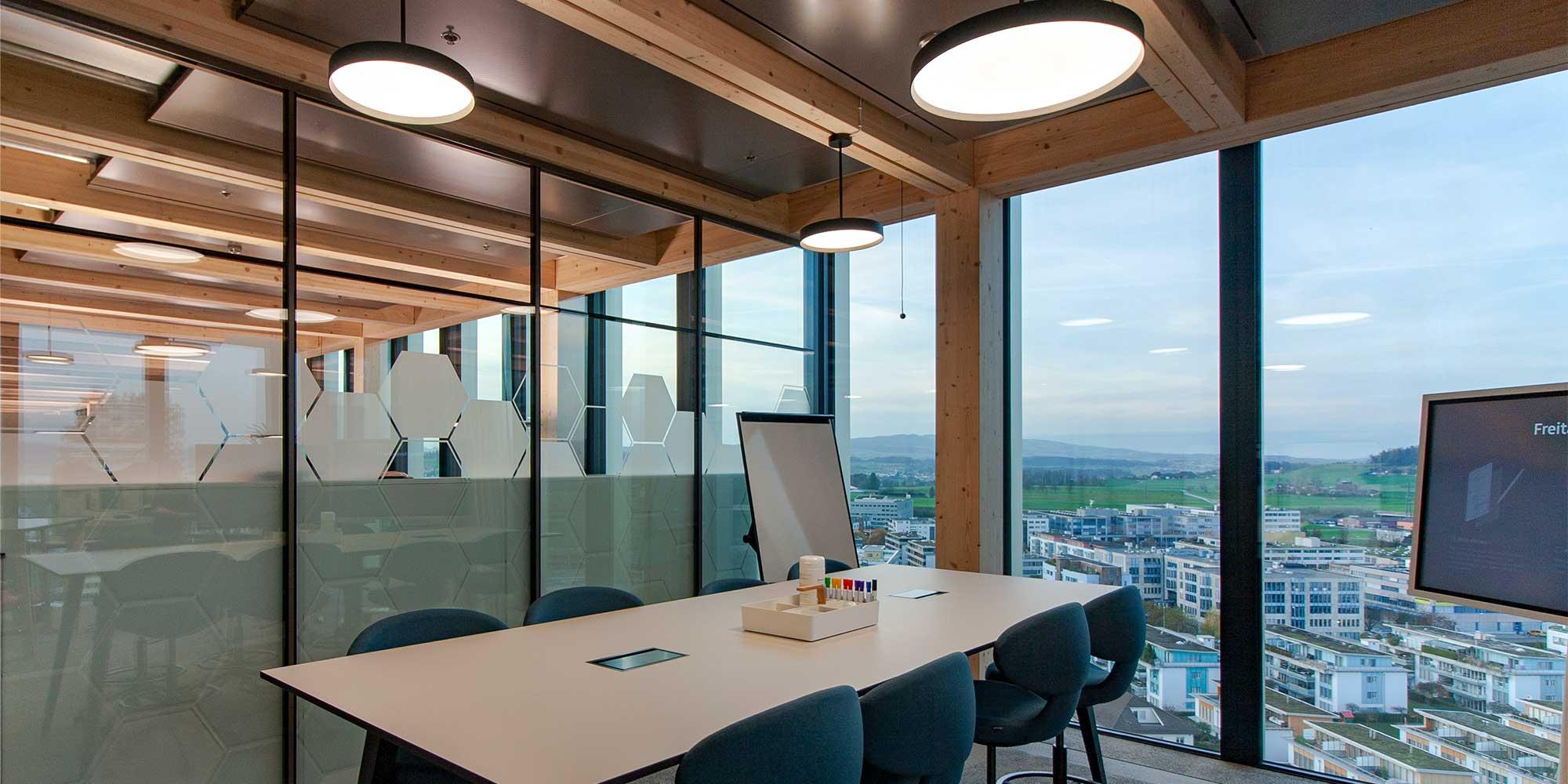 Konplan Systemhaus AG, das Sitzungszimmer mit toller Aussicht ist mit den Basic Leuchten von Lightnet perfekt beleuchtet.