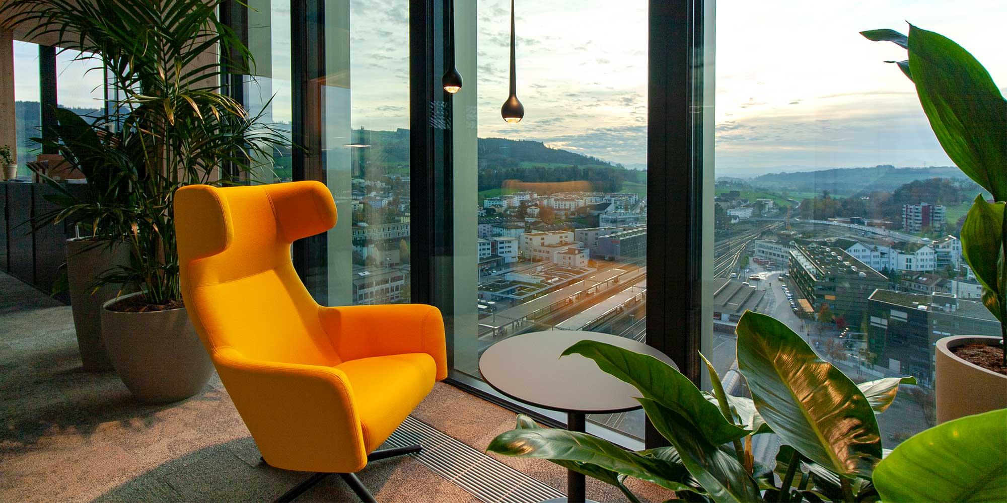 Konplan Systemhaus AG, gemütlicher ruhe Platz um sich etwas vom Büroalltag abzusondern oder um kreativ arbeiten zu können. Die tropfen-pendelleuchte passt perfekt in das Bild.