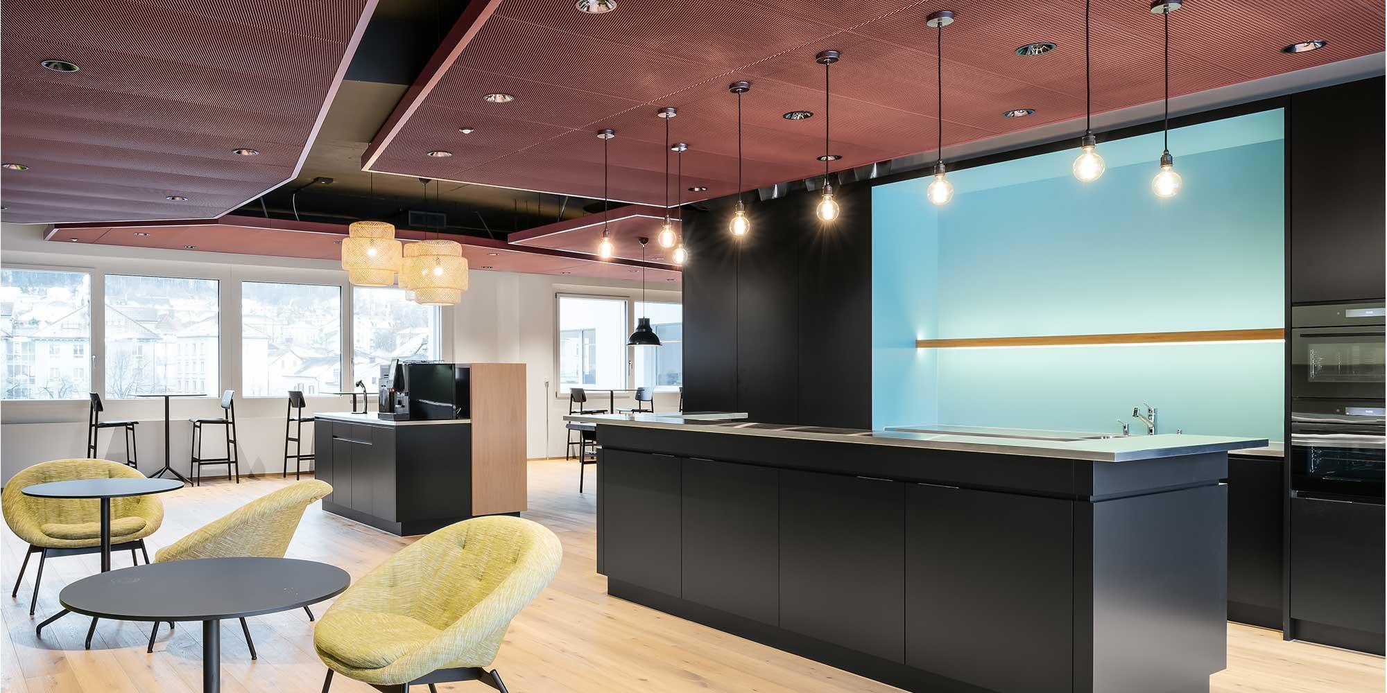 Die Küche und Pausenraum von Axept wurden mit Filament mega globe Leuchtmittel von Calex, Dea amata spots von Karizma luce
