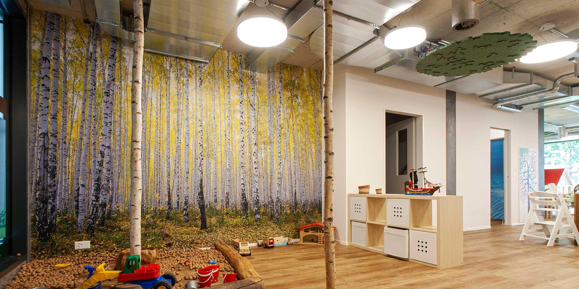 Kita Wundergarten Spielzimmer mit Basic Pendelleuchten von Lightnet eingerichtet