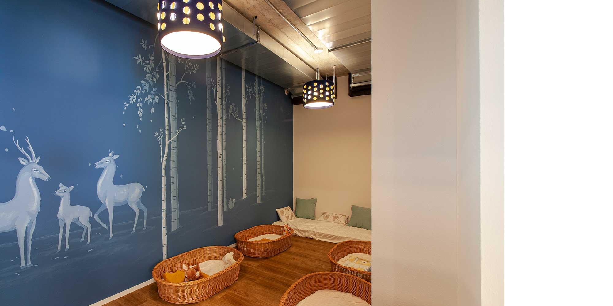 Das Schlafzimmer der kleinsten in der Kita Wundergarten wurden passende Textilpendelleuchten augewählt. Stoffpendelleuchten sind eine spezialanfertigung durch mabalux gemacht