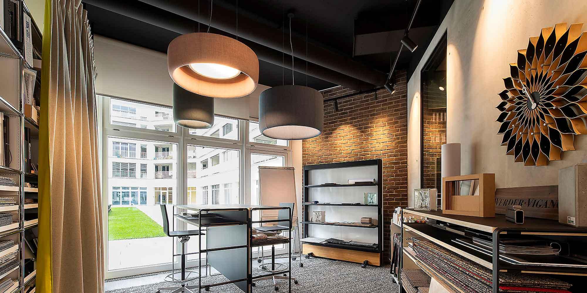 Ernst, Von Petersdorff Besprechungsecke mit Stoffpendelleuchten ausgestattet, Stromischienen straler leuchten die Wände optimal aus